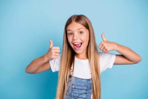 dagen på ett positivt sätt: flicka håller upp tummarna