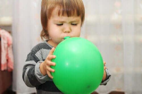 Pojke blåser upp ballong
