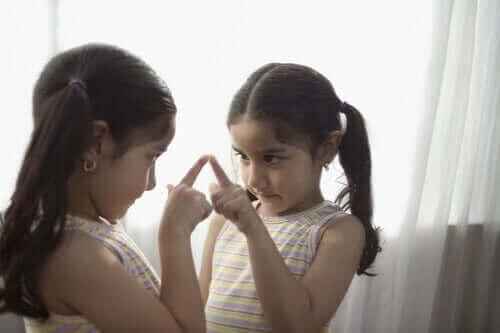 Flicka pekar på spegel