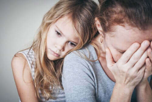 Förhindra att din ångest påverkar dina barn: Flicka kramar sin mamma