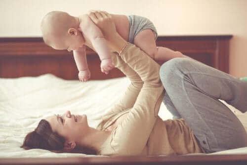 Mamma leker med sin bebis