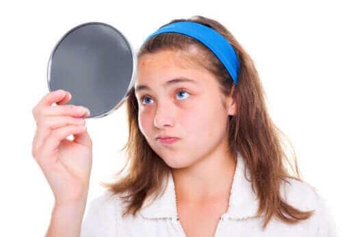 Flicka ser sig i spegeln