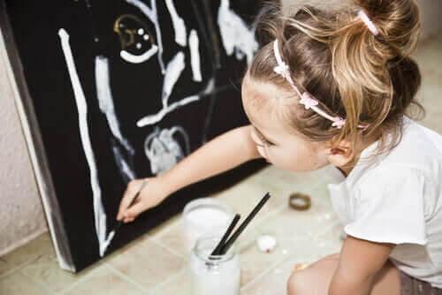 barns talanger: flicka målar