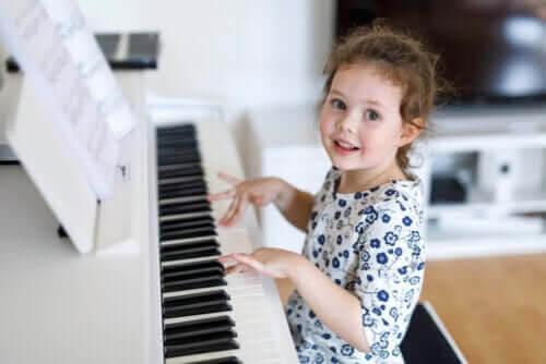 barns talanger: flicka spelar piano