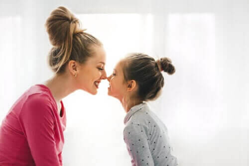upplevelsen att vara mamma: mamma och dotter gnuggar näsa