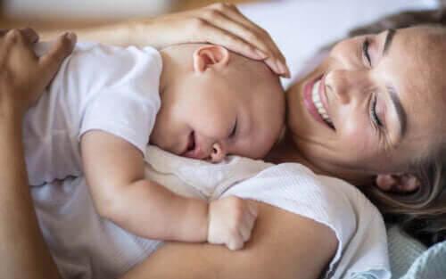 upplevelsen att vara mamma: mamma med baby som sover på bröstet