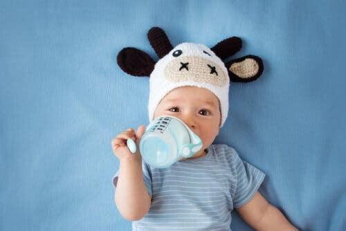 väljer dumodersmjölksersättning: baby med nappflaska