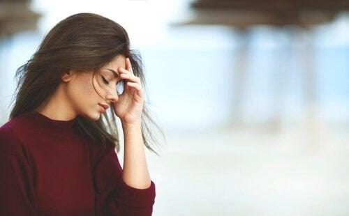 fibromyalgi och graviditet: kvinna håller sig för pannan
