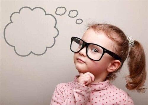 Barns intuition: flicka med glasögon tänker