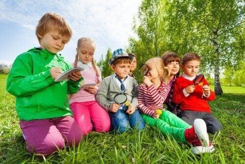 barn att lyssna: barn med detektivattiraljer