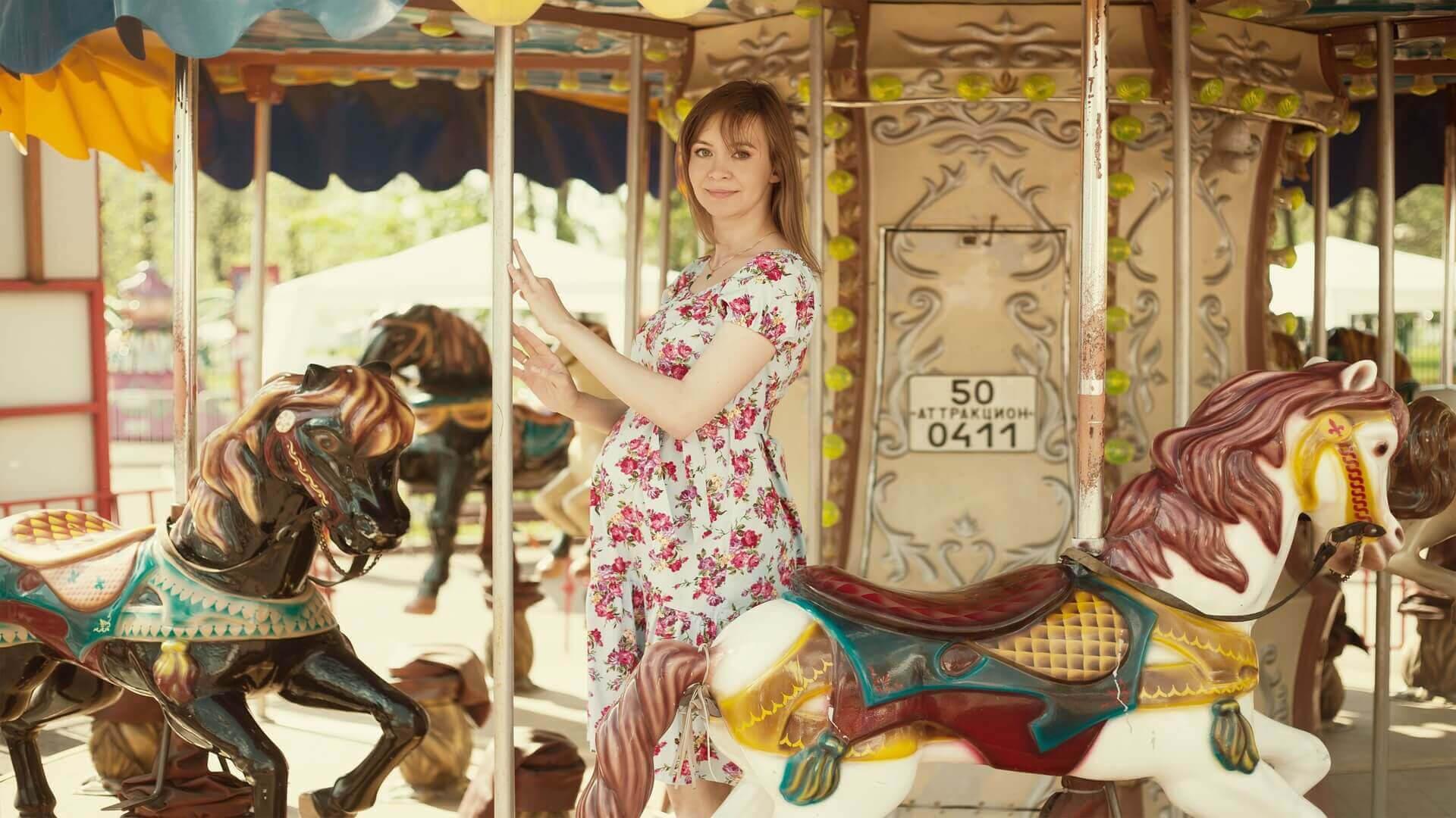 vårkläder för gravida: gravid kvinna på karusell