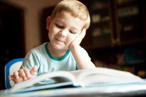lära barn att hata att läsa: barn läser och ser glad ut