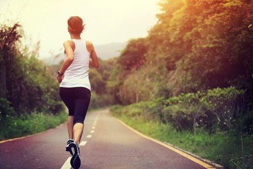 löpning och graviditet: kvinna springer