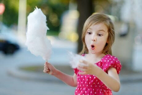 Sockerintag hos barn: flicka med sockervadd