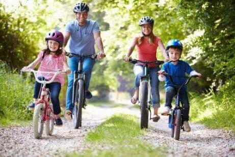 personskador vid trafikolyckor: familj cyklar