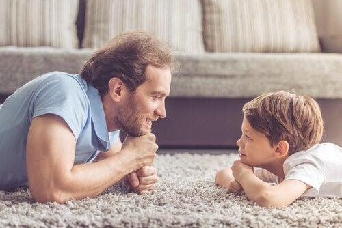 barn att hantera nederlag: pappa och barn ligger på en matta