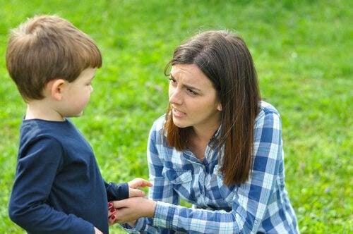 barn ljuger för dig: mamma pratar med pojke