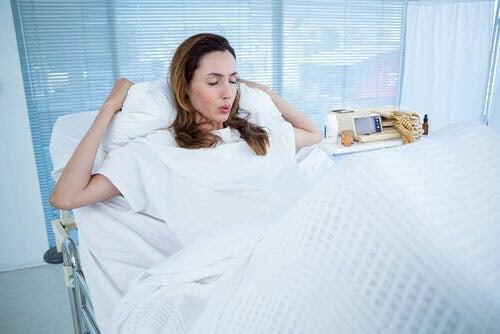 Är det normalt att kräkas under förlossningen?