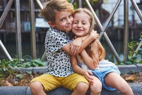 Ett syskon kramar ett annat syskon