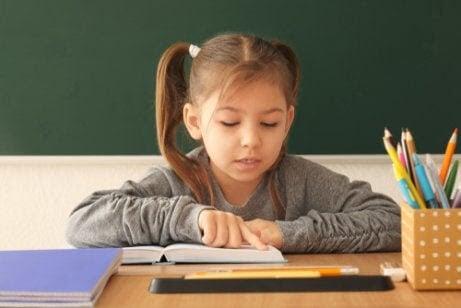 Fonologisk medvetenhet: barn läser i bok