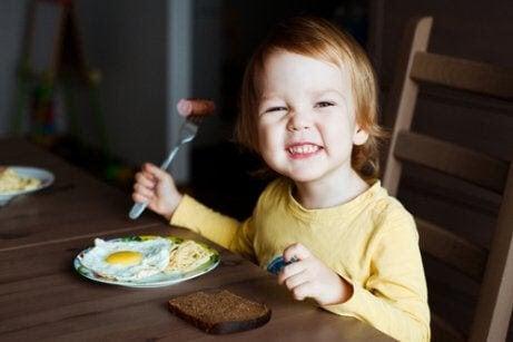 pojke äter stekta ägg
