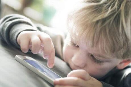 WhatsApp bland barn: barn använder telefon