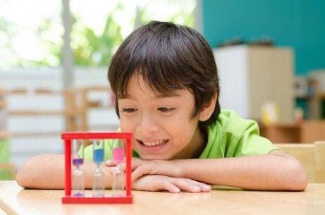 22 franska namn för pojkar: pojke leker med timglas