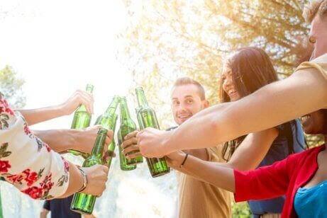 tonåring dricker alkohol