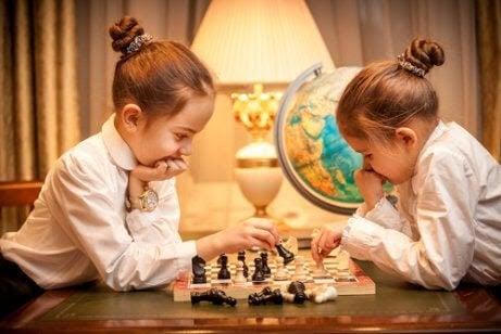 lära barn att vänta: flickor spelar schack