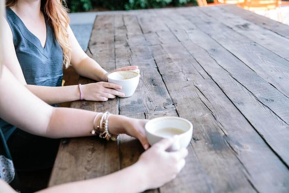 prata med tonåringar: mor och dotter fikar