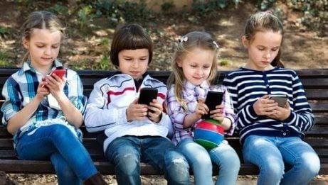 WhatsApp bland barn: barn på bänk med telefoner