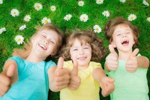 Tekniker för positiv disciplin: barn på gräsmatta