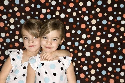 Vilka är fördelarna med att klä syskon likadant?