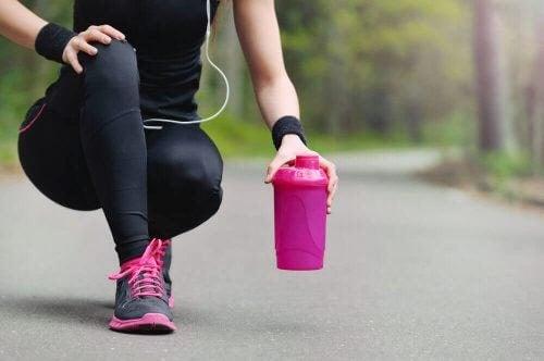 delade magmuskler: kvinna i sportkläder