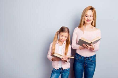 Föregå med gott exempel: Mamma och dotter läser böcker