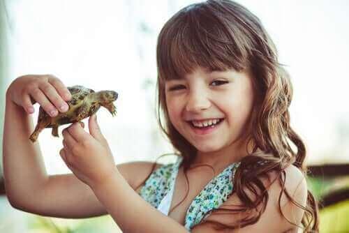 Leende flicka med sköldpadda