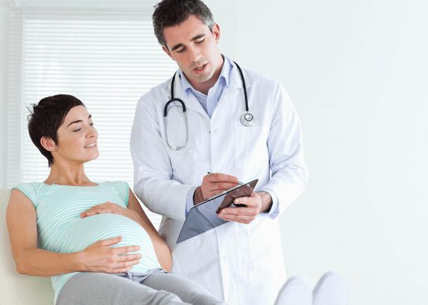 Gravid kvinna med doktor