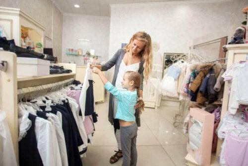 Mamma shoppar med sin dotter
