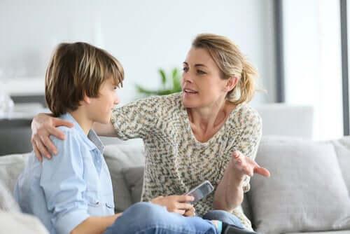 Mamma försöker få sitt barn att lära känna sig själv
