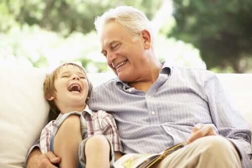Far- och morföräldrars speciella band till sina barnbarn