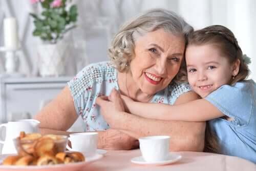 Mormor med sitt barnbarn