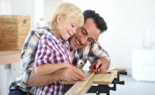 Informellt lärande: pappa bygger med sin son