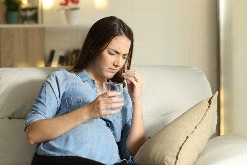 kvinna tar piller