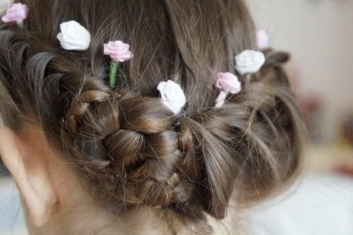 frisyrer: håruppsättning med blommor