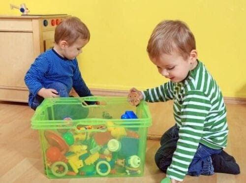 utbilda barn genom proaktivitet: barn leker med byggleksaker
