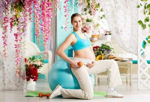 Träna med pilatesboll under graviditeten: Är det bra?