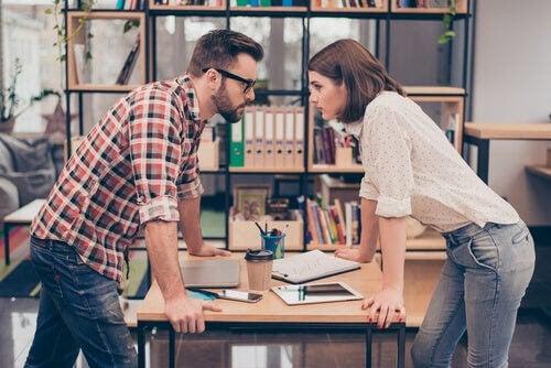 övervinner relationskriser: par på var sin sida av bord