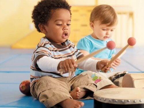 spela musik: barn med trumma