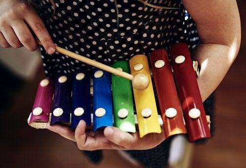 spela musik: barn med xylofon