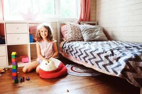 barn lär sig av sina föräldrar: flicka i sitt sovrum
